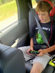 Kind spielt im Auto