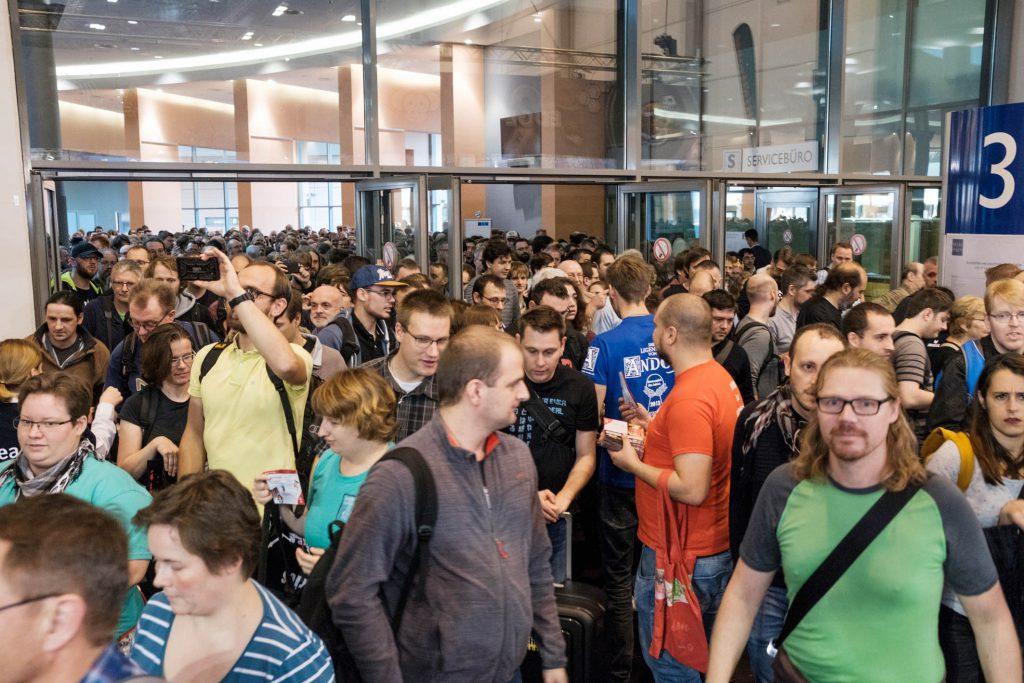 SPIEL '17 Warten vor den Türen der Messe Essen